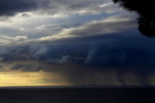 Meteo: piogge e temporali oggi, bel tempo a Ferragosto