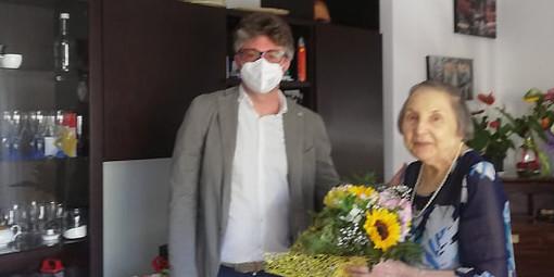 Albissola, nonna Francisca entra nel club dei centenari: il sindaco le consegna un mazzo di fiori