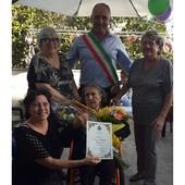 Albisola, nonna Teresa entra nel club dei centenari: il sindaco le consegna un attestato e un mazzo di fiori