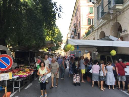 Nuovo mercato del lunedì in centro a Savona, l'umore dei cittadini in un mix tra felicità e confusione (VIDEO)