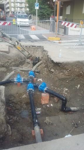 Notte di lavoro per sanare una lesione nella tubazione dell'acquedotto che serve il centro di Andora (FOTO)