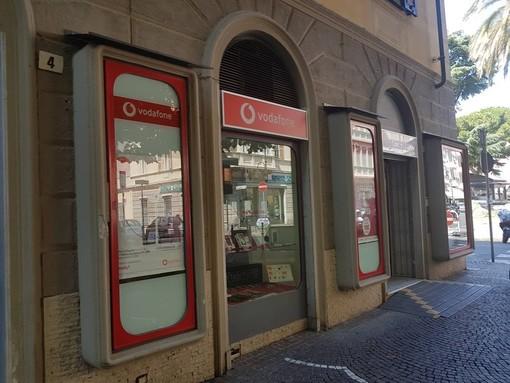 """Albenga, i vandali colpiscono nuovamente il negozio """"FT Communication"""""""