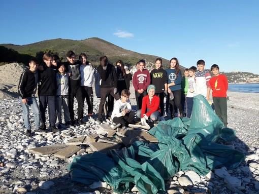 """I giovani del """"Consiglio Comunale dei ragazzi del Golfo dell'Isola"""" puliscono le spiagge spotornesi"""