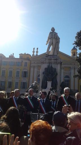 Nizza: garofani rossi sulla targa commemorativa del Presidente Sandro Pertini