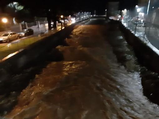 Il torrente Nimbalto a Loano: preoccupa il livello dell'acqua (foto tratta dalla pagina Facebook del consigliere provinciale Luana Isella)