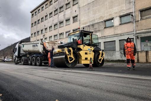 Ferrania, completato nuovo asfalto in un tratto di viale della Libertà (FOTO)