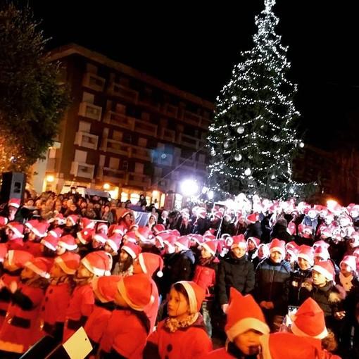 Andora: 300 bambini delle scuole per l'accensione dell'albero di Natale