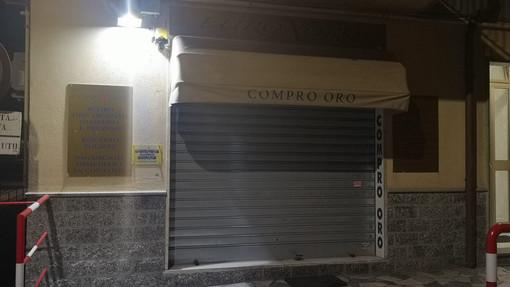 """Pietra Ligure, assaltano le vetrine del negozio """"EuroXOro"""" e fuggono a bordo di un'auto poi incendiata e abbandonata: indagini dei carabinieri"""