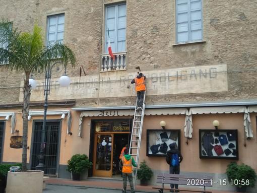 Sorpresa e stupore a Pietra Ligure: rimossa la scritta fascista? No, solo le luminarie natalizie