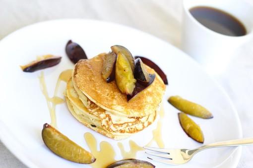 Mercoledì Veg: pancakes con sciroppo d'acero e susine