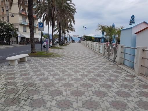 Pulizia della passeggiata sul Lungomare di Albenga