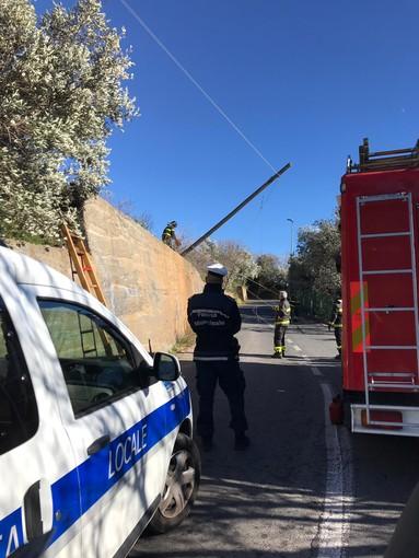 Peagna, palo della Telecom pericolante: intervento dei vigili del fuoco (FOTO)