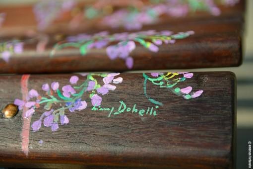 Alassio, una panchina dedicata dall'artista Binny Dobelli alla città