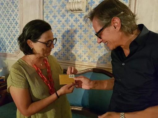 Albenga: il sindaco Tomatis riceve il filo di lana di pecora Nera di Arbus, un progetto dell'artista Pietrina Atzori che unisce idealmente l'Italia