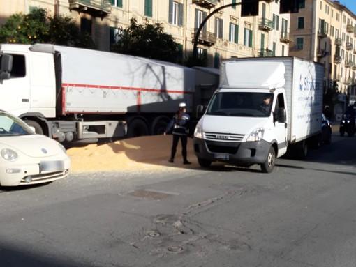 Savona, camion perde il carico di grano: traffico in tilt in corso Mazzini (FOTO)
