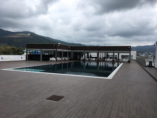 Un piccolo angolo di paradiso a Vado Ligure, Party Social al Molo 8.44 tra relax in piscina, aperitivi e serate a tema