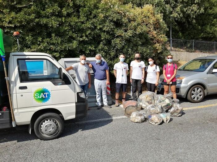 Albenga, volontari puliscono la via Julia Auguta. Raccolti 35kg di rifiuti abbandonati