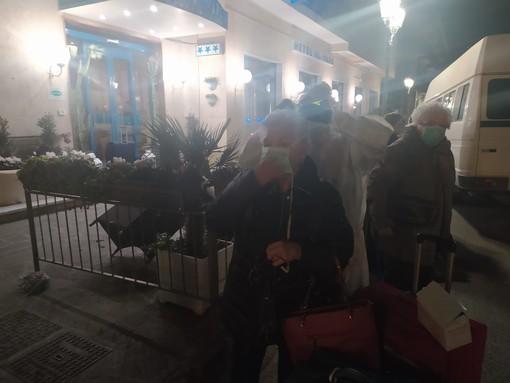 Coronavirus: trasferiti in serata i primi ospiti dell'hotel 'Al Mare' di Alassio (FOTO)