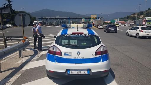 Savona, controlli della polizia locale su veicoli in uscita dall'autostrada: notificati 10 verbali