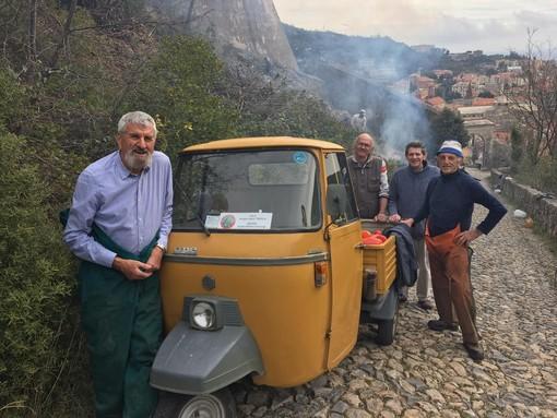 """Centro Storico del Finale e Alpini """"Pertica"""" puliscono il verde nei pressi del Forte di San Giovanni"""