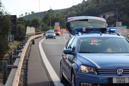 Non si ferma all'alt della Polizia e tenta di investire agente: folle inseguimento sulla A10
