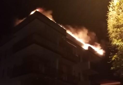 Pietra Ligure, appartamento a fuoco nella notte: mobilitati i vigili del fuoco (VIDEO)