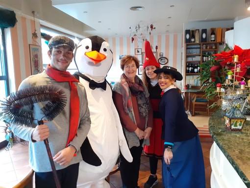 Il grande abbraccio di Alassio Christmas Town coi pinguini di Mary Poppins