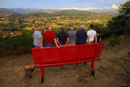 Mioglia come Roccavignale, posizionata una panchina gigante con vista sul paese (FOTO)