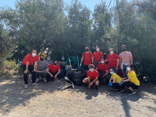 """Albenga, i ragazzi di Santa Maria si """"armano"""" di sacchi e guanti per pulire la via Julia Augusta"""