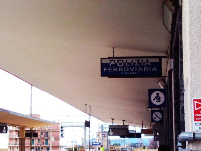 Albenga, privi di biglietto e senza mascherina sul treno, minacciano il personale ferroviario: denunciati