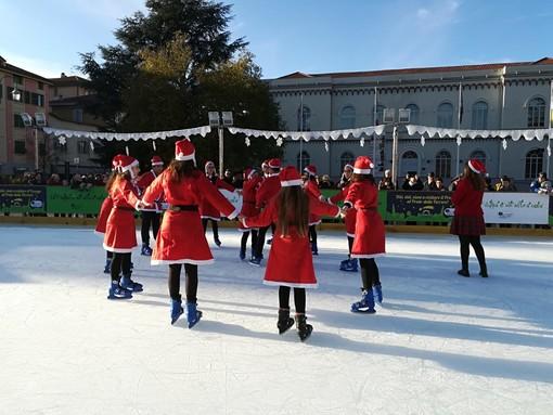Cairo, inaugurata la pista di pattinaggio su ghiaccio in piazza della Vittoria (FOTO)