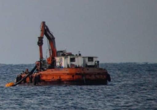 Andora, pontone al lavoro per proseguire l'opera di ripascimento delle spiagge
