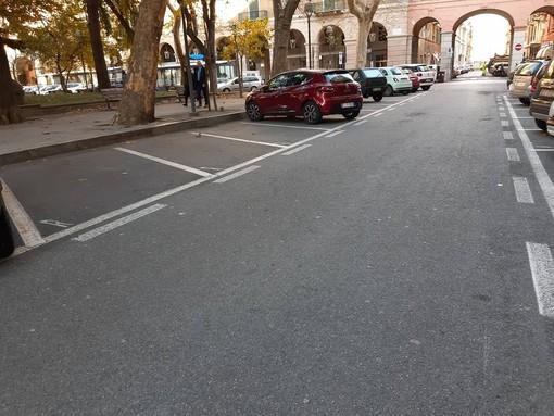 Savona, parcheggi dei residenti vuoti in piazza del Popolo: insorgono i non savonesi