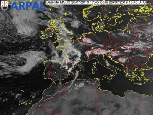 Nell'immagine lo scatto del satellite sul Mediterraneo alle ore 17.45.