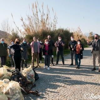 Cittadini volontari puliscono la foce del Centa ad Albenga
