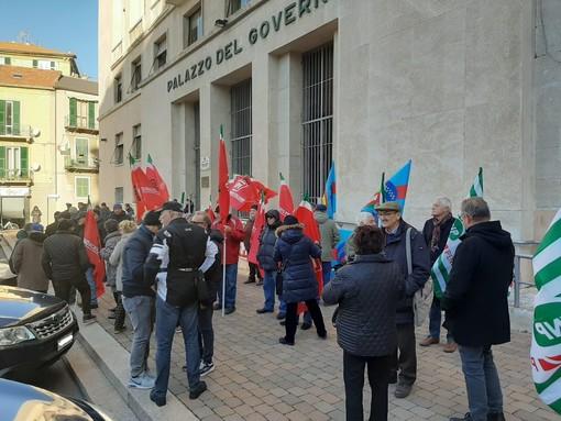 """Savona, i pensionati in presidio sotto la Prefettura: """"Il Governo ci deve ascoltare, trattati sempre bancomat"""""""