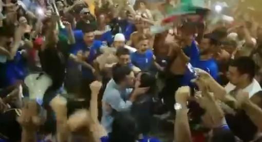 """Albenga, tra i caroselli per l'Italia campione d'Europa ecco la proposta di matrimonio di Davide: """"Vale, vuoi sposarmi?"""" (VIDEO)"""