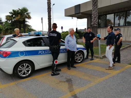 Sottratta borsa contenente 1500 euro. La polizia locale di Albenga individua il responsabile e la restituisce ai proprietari