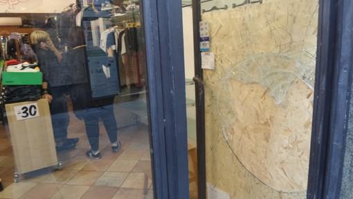"""Loano: nuova spaccata nel negozio """"Pepe"""", indagano i carabinieri (FOTO)"""