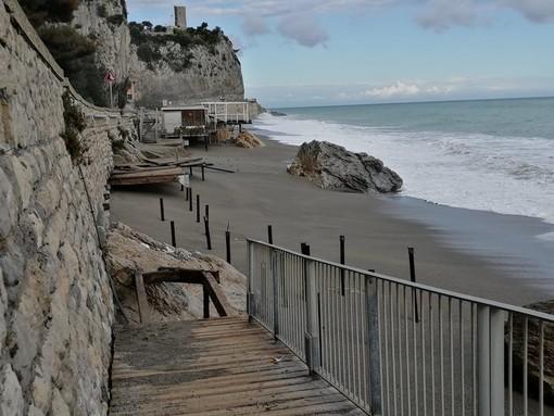 Finale, la mareggiata distrugge ancora una volta la passerella della spiaggia del Castelletto