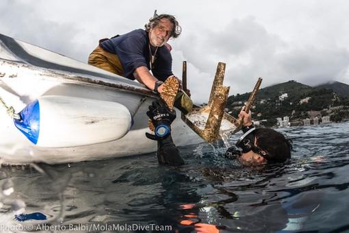 """Alassio per un mare più pulito, """"pescati"""" sdraio, lettini, stivali e molto altro (FOTO)"""