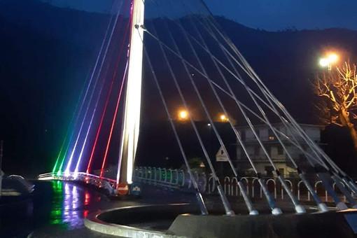 Il ponte di Villanova d'Albenga illuminato col tricolore in onore di Schivo e del Giorno della Memoria