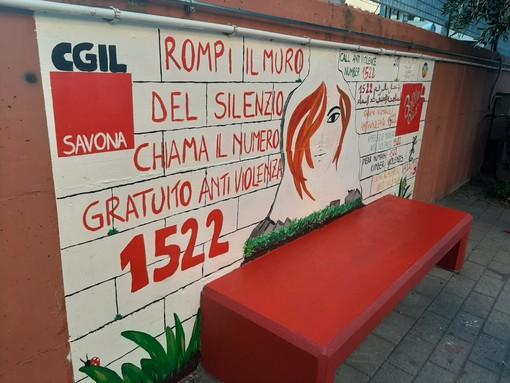 """""""Rompi il muro del silenzio e chiama il 1522"""": inaugurato un murales e una panchina rossa dalla Cgil Savona"""