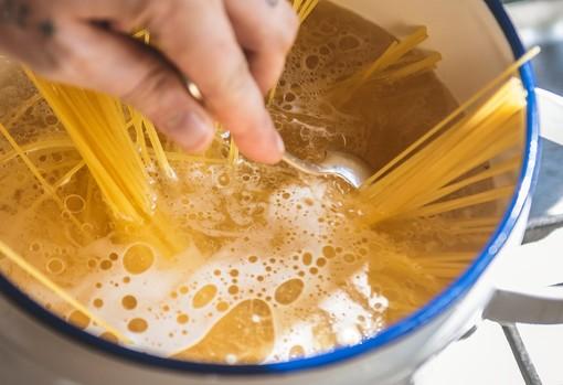 La pasta non solo è buona, fa anche bene: ecco la ricetta degli spaghetti con lo stoccafisso