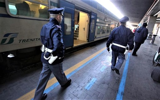Alla richiesta del biglietto aggredisce la capotreno: fermata dalla Polfer a Savona