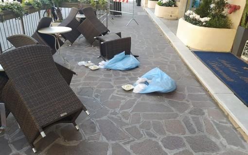 """Piccola """"ribellione"""" nei due alberghi in quarantena ad Alassio: pasti lanciati fuori dalla porta"""