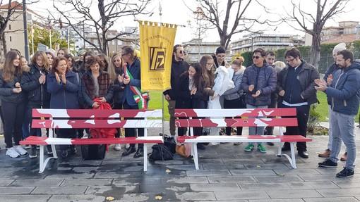 Albenga: due panchine in piazza Enzo Tortora per dire no alla violenza sulle donne