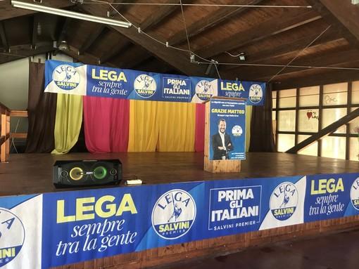 Nella foto: il palco che accoglierà la manifestazione leghista pontesina