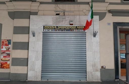 Savona, colpiscono un commerciante con una sediata: denunciato minorenne