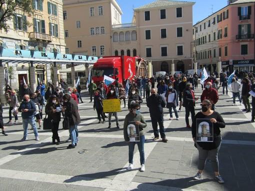 """Baristi e ristoratori scendono nuovamente in piazza a Savona: """"Senza una data di ripartenza, in sicurezza, aziende nel caos"""" (FOTO e VIDEO)"""